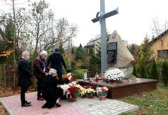 Złożenie kwiatów przy mogile mogile Legionistów poległych w 1915 roku na polach urzędowskich. (link otworzy duże zdjęcie)