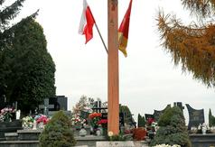 Wśród odwiedzonych miejsc znalazł się Krzyż Katyński na cmentarzu parafialnym w Kraśniku. (link otworzy duże zdjęcie)