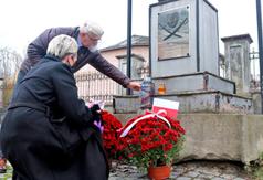 Kwiaty i znicze zostały złożone m. in. pod pomnikiem Bohaterów powstania styczniowego 1863 roku (link otworzy duże zdjęcie)