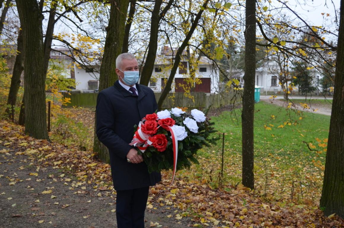 """Starosta Kraśnicki Andrzej Rolla składający kwiaty pod pomnikiem """"Orląt Lwowskich. (link otworzy duże zdjęcie)"""
