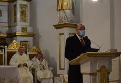 Burmistrz Miasta Urzędowa Paweł Dąbrowski czyta Pismo Święte podczas mszy. (link otworzy duże zdjęcie)