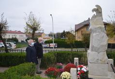 Starosta Kraśnicki Andrzej Rolla i prof. dr hab. Marian Surdacki oddają hołd przed pomnikiem Józ (link otworzy duże zdjęcie)