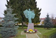 Pomnik Anioła Wolności w Urzędowie. (link otworzy duże zdjęcie)