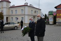 Starosta Kraśnicki Andrzej Rolla i prof. dr hab. Marian Surdacki przed pomnikiem Anioła Wolności (link otworzy duże zdjęcie)