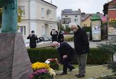 Starosta Kraśnicki Andrzej Rolla i prof. dr hab. Marian Surdacki składają wiązankę kwiatów prz (link otworzy duże zdjęcie)