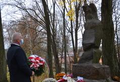 Starosta Kraśnicki Andrzej Rolla przed pomnikiem Orląt Lwowskich w Urzędowie. (link otworzy duże zdjęcie)