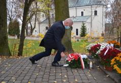 Starosta Kraśnicki Andrzej Rolla składa kwiaty pod pomnikiem Orląt Lwowskich w Urzędowie. (link otworzy duże zdjęcie)