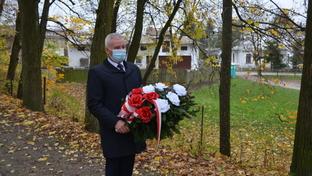 """Starosta Kraśnicki Andrzej Rolla składający kwiaty pod pomnikiem """"Orląt Lwowskich."""