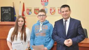 Paulina Nykiel i Błażej Szuma na wspólnym zdjęciu ze Starostą