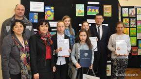 Laureaci i wyróżnieni ze szkoły w Majdowie na wspólnym zdjęciu ze Starostą