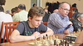 Obok jednego z zawodników o najwyższym rankingu (Wojciecha Urbana  z Kielc) swoją partię rozgrywa wsc