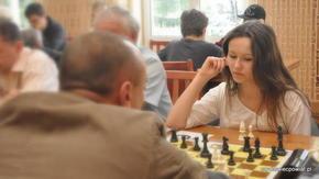Młodość i uroda nigdy w szachach nie przeszkadzały – Nikola Jaranowska z Radomia już się uczy jak
