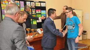"""Zwycięzca turnieju """"Rapid junior"""" – Artur Wiśniewski odbiera gratulacje i dyplom z rąk Starosty"""