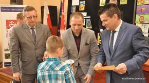 Wszyscy chętnie gratulowali trzeciemu na podium Cezaremu Gutkowskiemu z MDK Radom