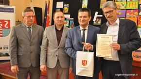 Na zachętę szydłowieckim graczom Burmistrz Artur Ludew ustanowił dla nich osobną kategorię.