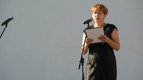 Maria Michajłow zapowiada musztrę w wykonaniu Orkiestry Morskiego Oddziału Straży Granicznej