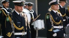 Artyści w mundurach przygotowują się do musztry paradnej