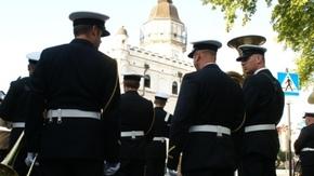 Orkiestra Morskiego Oddziału Straży Granicznej jeszcze na ulicy Kamiennej, w tle ratusz szydłowiecki