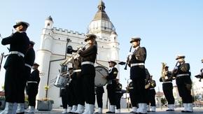 musztra paradna w wykonaniu Orkiestry Morskiego Oddziału Straży Granicznej, w tle ratusz