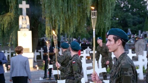 uczniowie Zespołu Szkół im.KOP z pochodniami na cmentarzu tuż przed Apelem Poległych