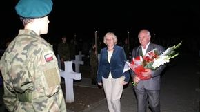pod pomnikiem Żołnierzom Poległym w Obronie Ojczyzny 1939 - 1945 kwiaty składali m.in. przedstawiciel