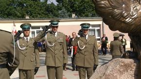 pod pomnikiem Żołnierzom Korpusu Ochrony Pogranicza. Obrońcom Polskich Granic 1924-1939 kwiaty składa