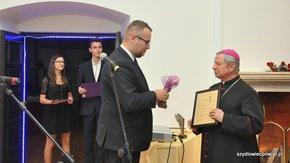 Statuetkę przekazał prezes Fundacji Strefa JP2 Przemysław Duda