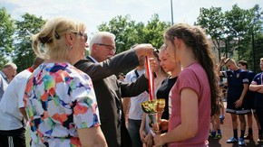 Medale i nagrody zwycięzcom wręczał m.in. Adam Włoskiewicz, wicestarosta.