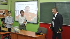 Robert Kowalik udziela wywiadu uczniom