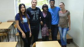 Jecinta Kamau z Kenii, Perizat Kubanychbekova z Kirgistanu  oraz Alexandre Araújo z Brazylii z uczniami