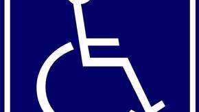 symbol osoby niepełnosprawnej poruszającej się na wózku