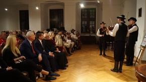 kapela gra przed zgromadzoną publicznością