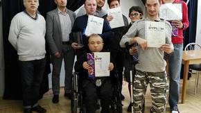 Uczestnicy zawodów. Mistrz Michał Kojara w środku z pucharem