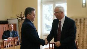 nowo wybrany wicestarosta Adam Włoskiewicz przyjmuje gratulacje od Wójta Chlewisk Waldemara Sowińskieg