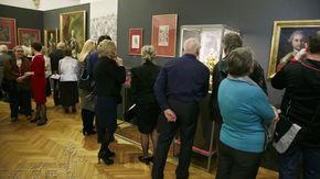 W blasku królewskiego wizerunku - uczestnicy wernisażu zwiedzają wystawę