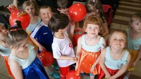 szczęśliwe przedszkolaki z nagrodami