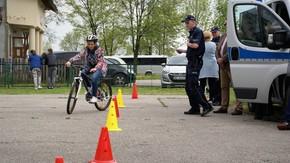 zmagania uczestników na placu rowerowym
