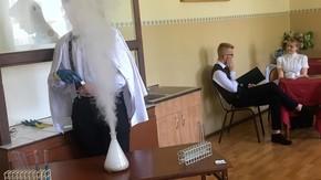 młodzież Zespołu Szkół im. Korpusu Ochrony Pogranicza  przedstawiła scenkę o życiu chemiczki Mari