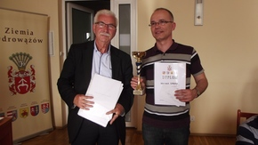 Zwycięzca grupy open Wojciech Urban z Kielc i wicestarosta szydłowiecki Adam Włoskiewicz