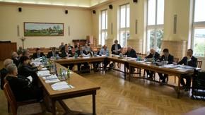 Sesja Rady Powiatu, widok ogólny na salę konferencyjna w starostwie