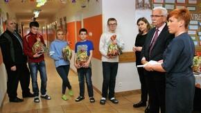 Wicestarosta Adam Włoskiewicz wraz z Magdaleną Kisiel i Katarzyną Ruzik ze Starostwa odwiedził Zespó