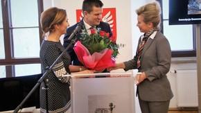 Starosta Szydłowiecki Włodzimierz Górlicki, Przewodnicząca Rady Powiatu Anita Gołosz wręczają kwia
