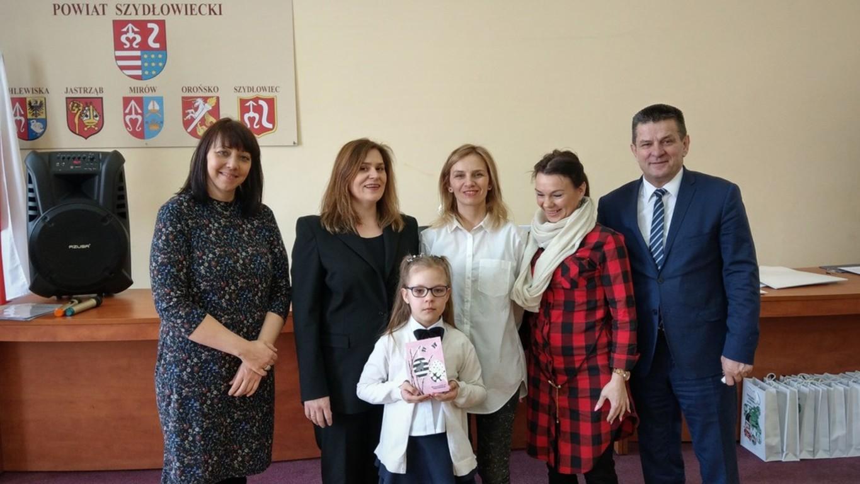 Natalia Karbarz, zwyciężczyni konkursu wraz ze swoją mamą oraz Starostą Szydłowieckim Włodzimierze