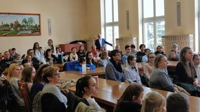na sali konferencyjnej zgromadzeni laureaci wraz z opiekunami