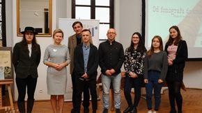 laureaci konkursu wraz z dyrektor dr Anetą Oborny
