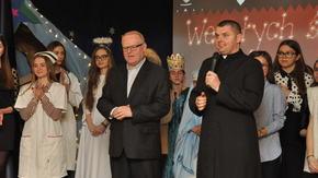 Dyrektor Karol Kopycki i ks. Norbert Skawiński składają życzenia.