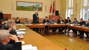 Adam Włoskiewicz z Zespołu Zarządzania Kryzysowego, przedstawia najważniejsze punkty posiedzenia.