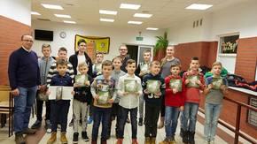 Dzieci z Klubu Szachowego ALTERNATYWA z trenerem Jackiem Sieczkowskim i pisarzem Sławomirem Pejasem.