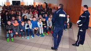 Policjanci przedstawili uczniom zasady bezpiecznego zachowania w czasie ferii zimowych.