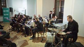 Dwunastoosobowy skład Małej Orkiestry Dancingowej pod dyrekcją Noama Zylberberga